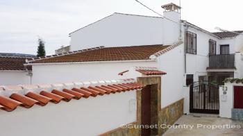 Iznajar Spacious 4 bed 3 bath village house and stunning countryside views
