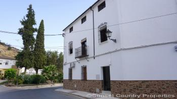 Iznajar, Spacious 3 bed 2 bath town property with great views & attic apartment near to the lake