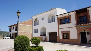 Villanueva del Trabuco, 3 bed 3 bath town house with garden and great views