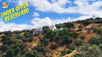 Iznajar, large detached country property with swimming pool & amazing views. In addition it comes with a 2 bedroom cottage with outbuildings to renovate.