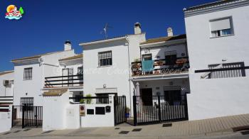 Iznajar, Great opportunity... 3 bedroomed, 2 bathroom town house with lake views and a short walk from the centre of the town.