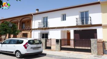 Archidona, beautiful spacious 3 bedroom, 2 bathroom terraced house with 2 large sun terraces and swimming pool.